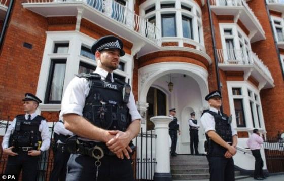 Brytyjska policja pod ambasadą Ekwadoru