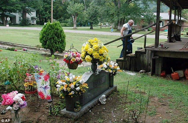 James Davis Man fights to keep wife buried in front yard in Stevenson Alabama  Daily Mail Online