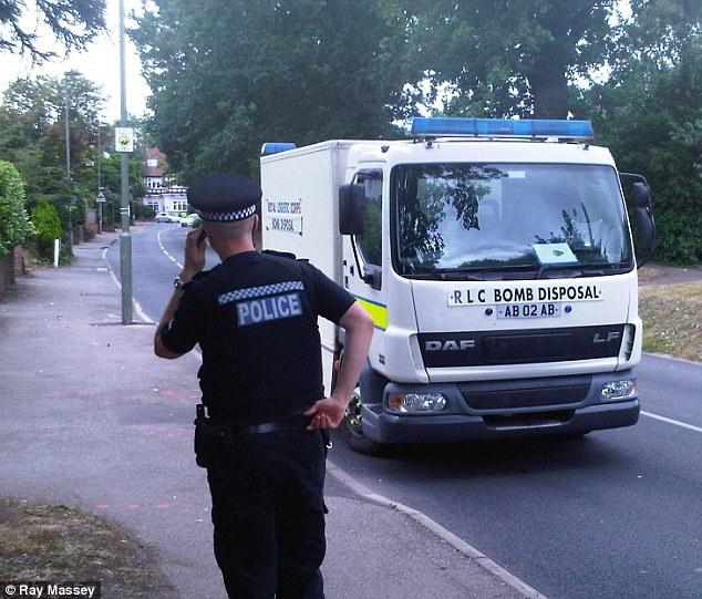 El camión de desactivación de bombas llega a la casa de Saad Al-Hilli en Claygate, Surrey después que la policía busque en la casa