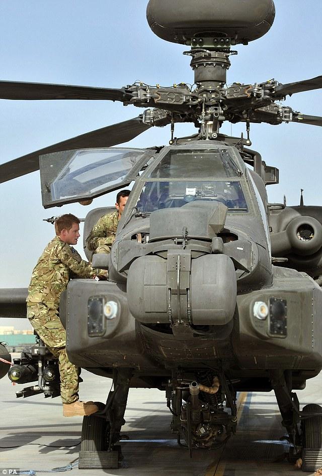 Πρίγκιπας Harry ανεβαίνει για να εξετάσει το πιλοτήριο ενός ελικοπτέρου Apache με ένα μέλος της μοίρα του στο Bastion στρατόπεδο κοντά στο σημείο όπου σήμερα επίθεση συνέβη