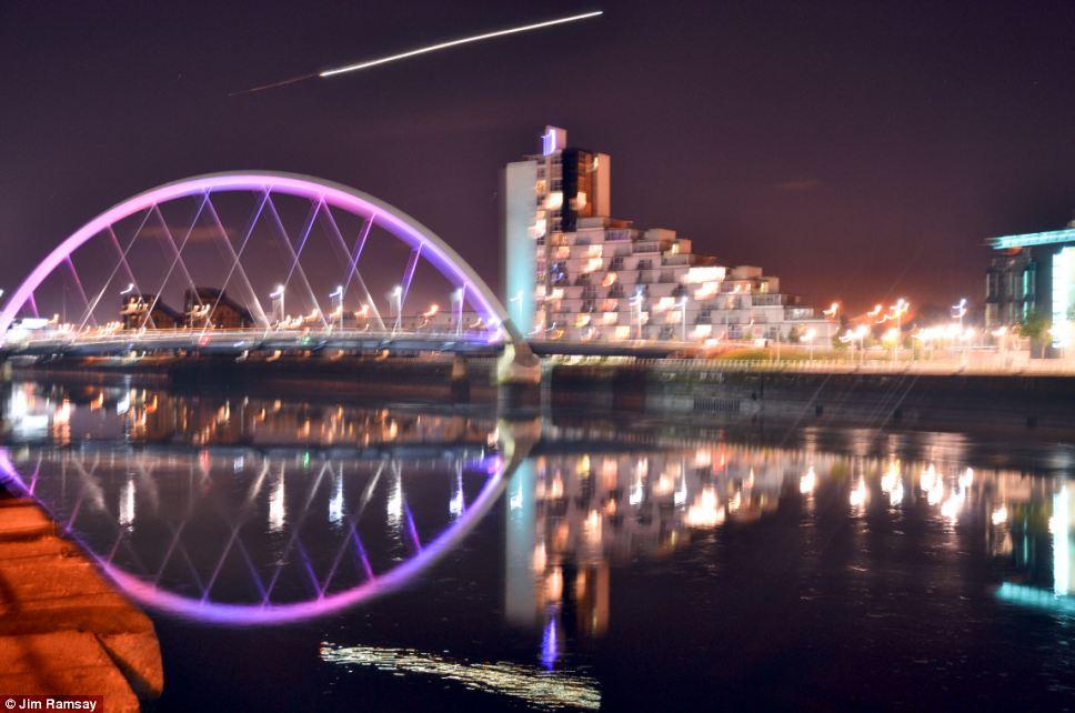 Jim Ramsay, de 44 años, vio la luz brillante, mientras que la toma de fotografías del cielo nocturno cerca de Puente Squinty en el centro de Glasgow