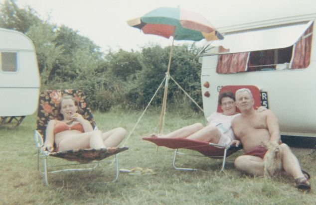 """""""Mi madre me advirtió que no se casara con él"""": María Luisa, a la izquierda, junto a sus padres Irene y Phillip Warne durante un campamento de vacaciones en Somerset alrededor de 1969"""