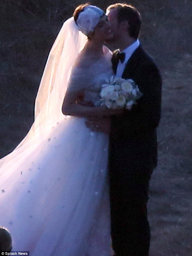 Anne Hathaway marries Adam Shulman in picturesque Big Sur ceremony  Daily Mail Online