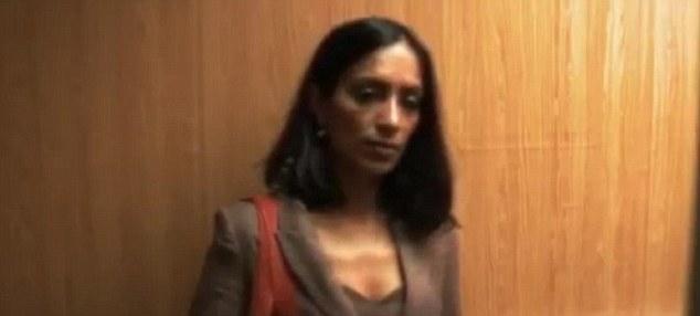 Ajeno: La mujer de aspecto elegante sube al ascensor.  Poco sabe ella lo que va a pasar ...