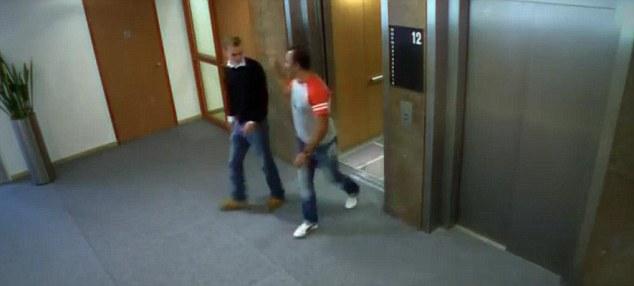 En buena diversión: La risa par a su miedo al salir del ascensor amañado