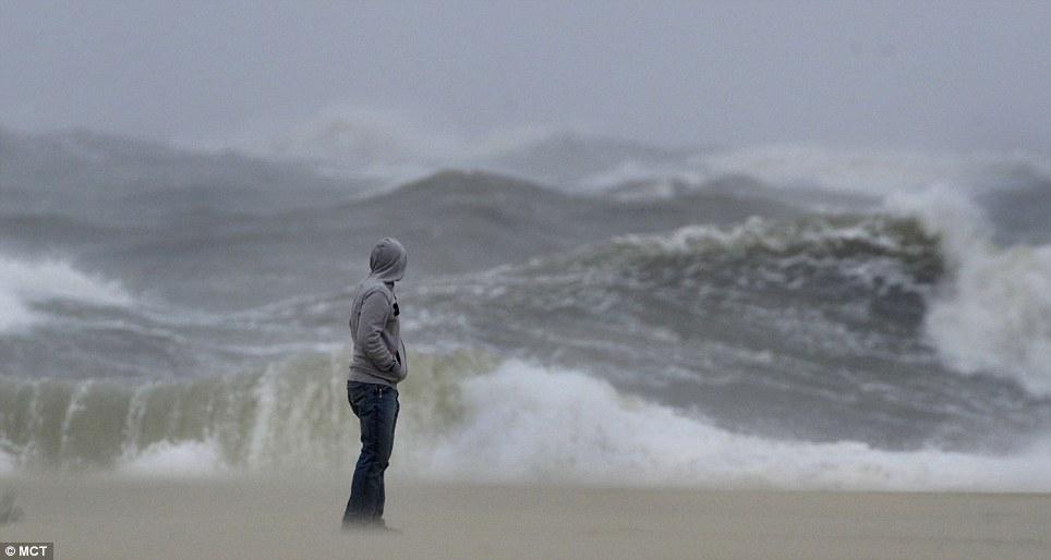Siniestro: Un hombre observa las olas feroces del domingo en Berlín, Maryland