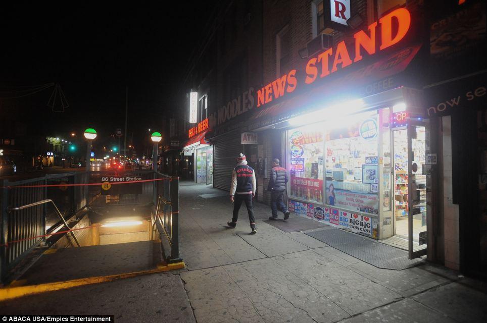 De vuelta a casa: la gente camina por una estación de metro cerrada Nueva York en Bay Ridge, Brooklyn después de que el sistema se apague la noche del domingo