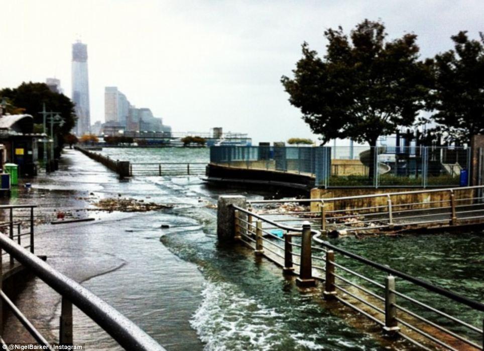 Romper: Mientras el huracán de arena cañón hacia Nueva York el lunes, el río Hudson violó, forzando el agua en aceras y parques de Manhattan