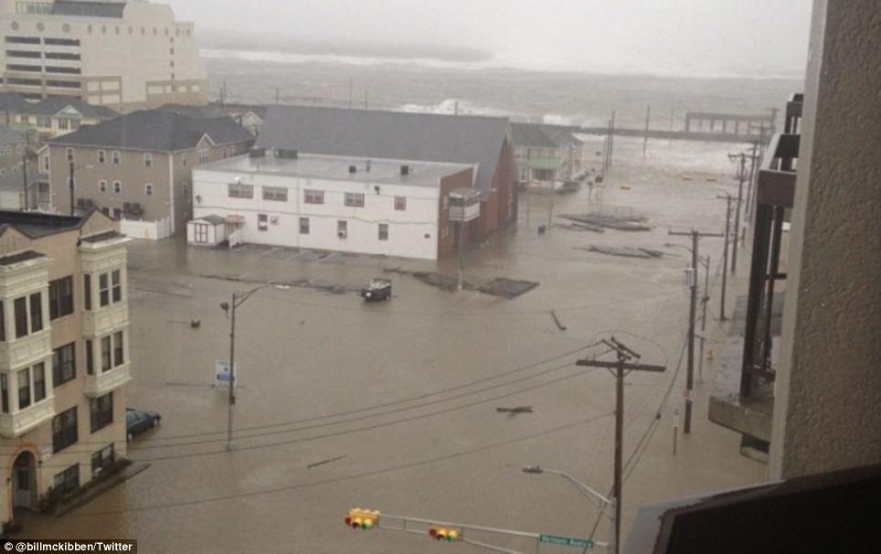 Rising: Piezas del flotador malecón de secciones a través de las calles inundadas de Atlantic City - que se espera obtener con el peso de la tormenta esta noche