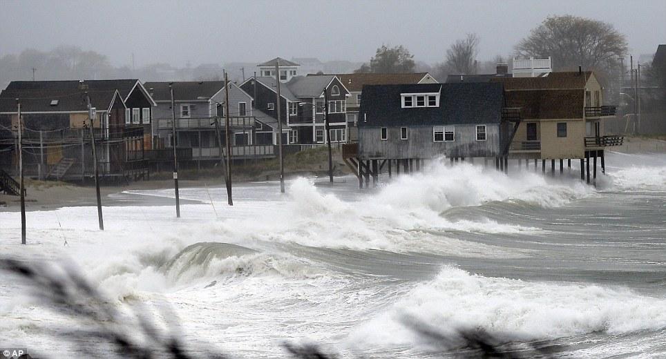 Aterrizaje: Las olas del océano levantar casas cerca de la playa a lo largo de Peggoty en Scituate, Massachusetts