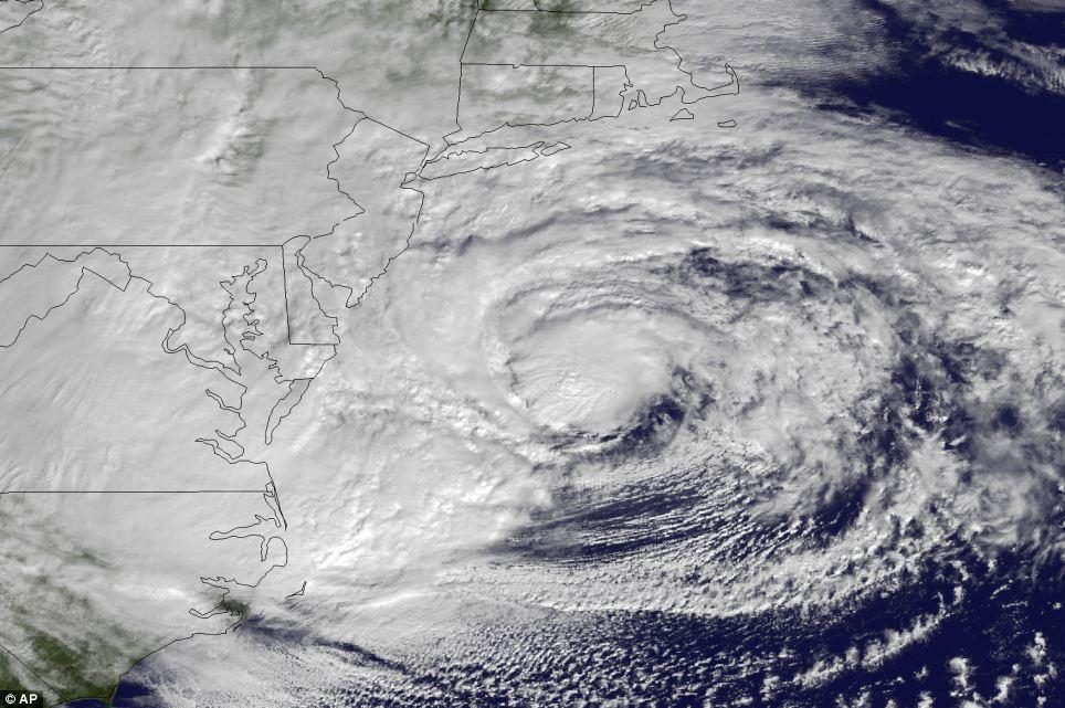 En su camino: Huracán Sandy se representa produciendo en la costa este lunes por la mañana.  La monstruosa tormenta se espera que llegue a Nueva Jersey la noche del lunes