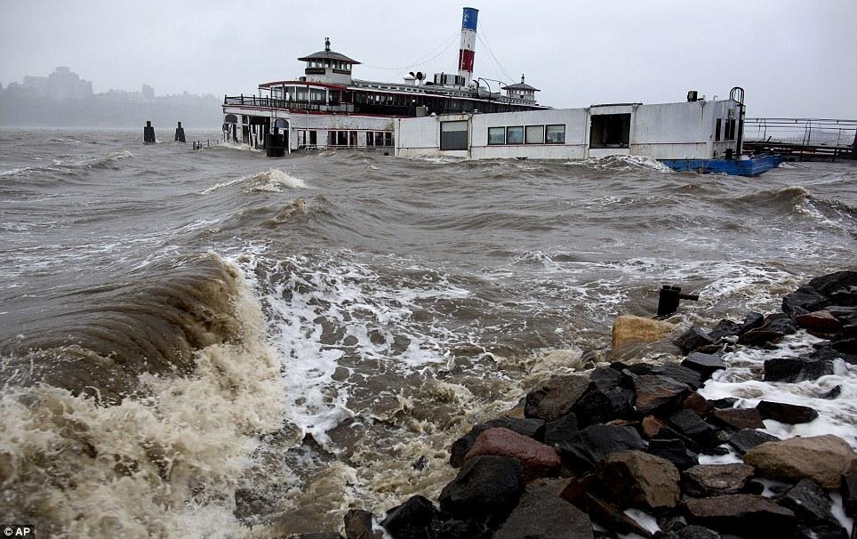 Aquí viene: El aumento de las olas en Edgewater, Nueva Jersey como el huracán azota la arena costa este