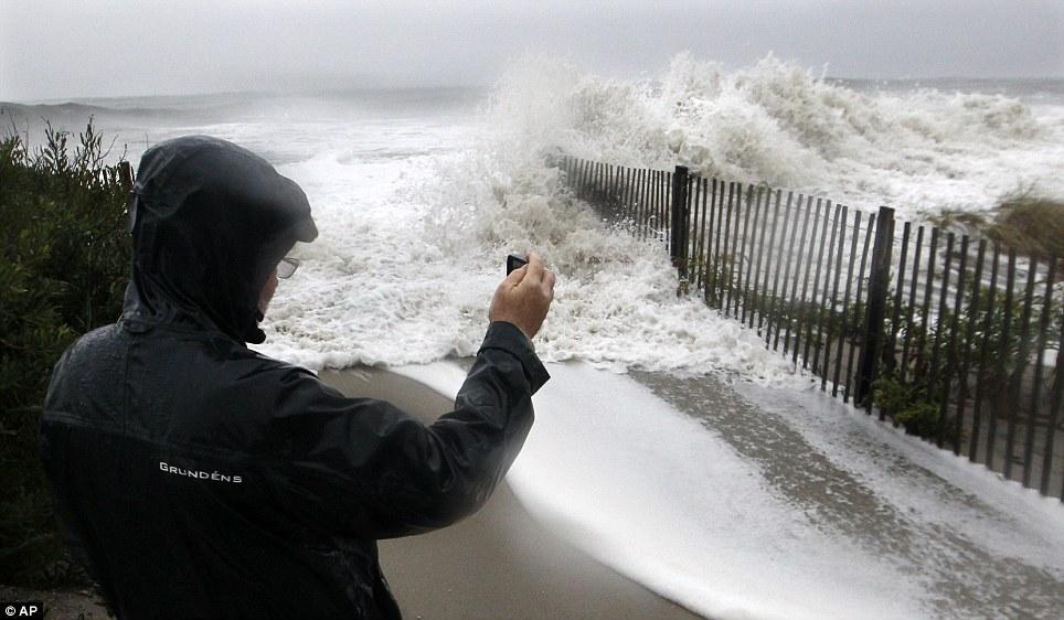 Aquí viene!  Huracán Sandy barriles en Cape May, Nueva Jersey hoy