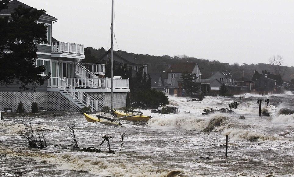 Feroz: La tormenta comienza en Southampton, Nueva York hoy en día como las condiciones climáticas brutales pujar en la costa este