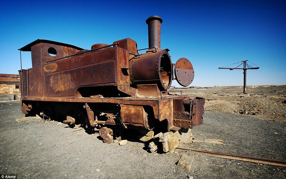 Va a ninguna parte: Un viejo tren se encuentra abandonada en las vías oxidadas en Humberstone.  La ciudad fue declarada monumento nacional por el gobierno chileno en 1970 y se convirtió en Patrimonio de la Humanidad por la UNESCO en 2005