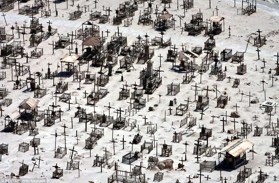 Eerie: Crosses marcan tumbas en el cementerio de la ciudad minera de Pisagua en el desierto de Atacama de Chile