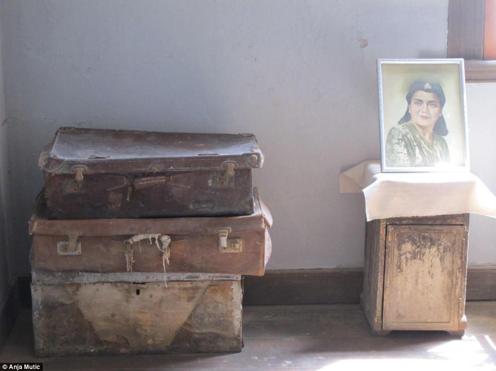 Listo para salir: Maletas apiladas en una casa en Santa Laura que se quedaron atrás
