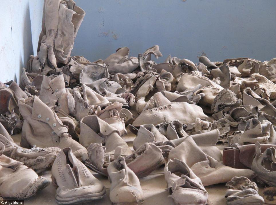 Santa Laura había sido un puerto muy activo para las empresas mineras, pero después de que el valor de salitre cayó, la ciudad se convirtió en un campo de prisioneros durante el régimen de Pinochet.  Aquí hay un montón de zapatos dejado atrás