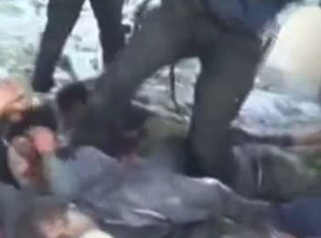 Les soldats capturés sont entendus pour plaider leur vie avant d'être gravé sur.  Droits de l'homme Amnesty International a décrit le groupe le film comme «choquante»