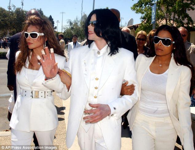 Amor fraternal: Michael Jackson, com as irmãs Janet e, à direita, e LaToya que supostamente saquearam sua casa em troca de dinheiro e objetos de valor