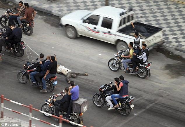 Espantoso: hombres armados palestinos conducir motocicletas, ya que arrastra el cuerpo de ejecutado Ribhi Badawi, un prisionero palestino en Gaza sospechosos de trabajar para Israel
