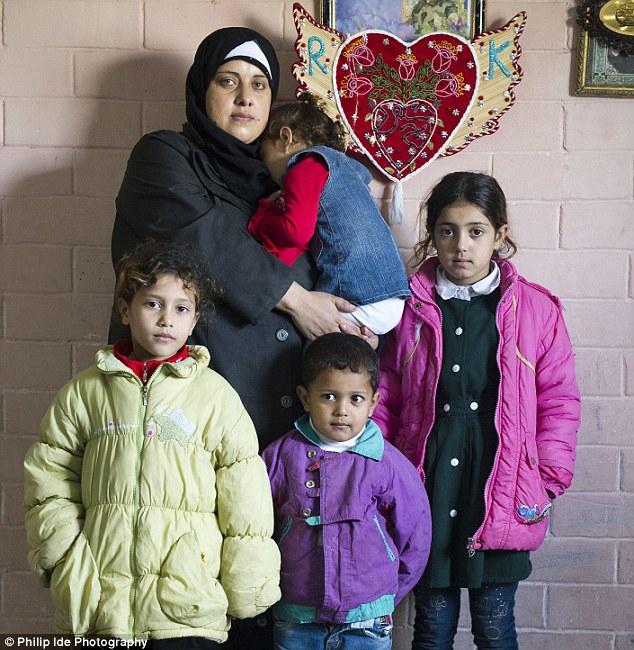 Duelo: La esposa del Sr. Badawi Kholoud con cuatro de sus hijos en su casa en el distrito Radwan de Gaza