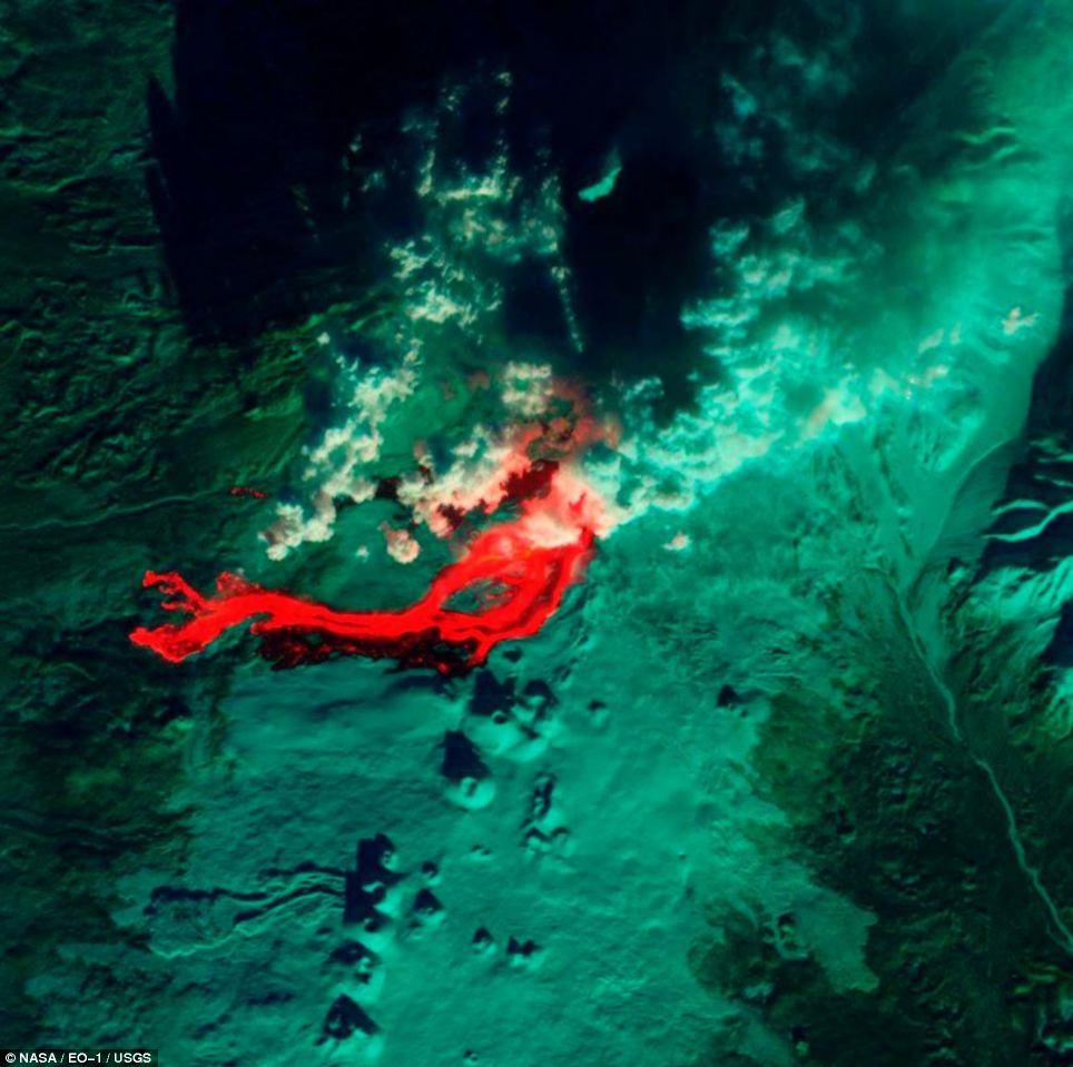 Arrabio: Esta imagen infrarroja del volcán en Kamchatka Tolbachik la península rusa de fue capturado por el Land Imager Avanzado de Observación de la Tierra de la NASA, un satélite - el área en rojo está arrojando lava caliente del volcán