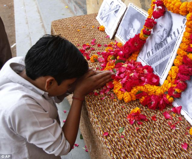 Memory: A student pays tribute to Ravi Shankar in front of a picture of him