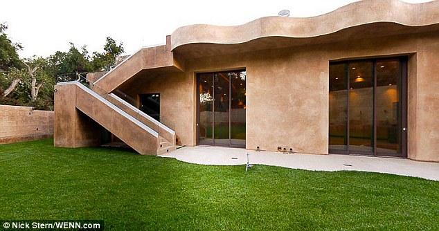Fortress: La maison en béton est mis en contraste avec la verdure qui l'entoure