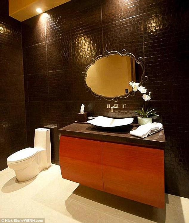Modernes: Appareils à une salle de bains sont à jour, tandis que les murs semblent être en relief avec un motif imprimé animal