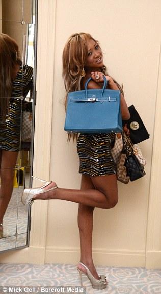 Cela coûte bleu sac Hermes £ 20.000, et Gina possède environ 70 sacs de créateurs plus