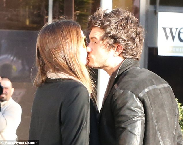 Orlando Bloom and Miranda Kerr squelch bust up rumours with a public kiss outside an LA spa