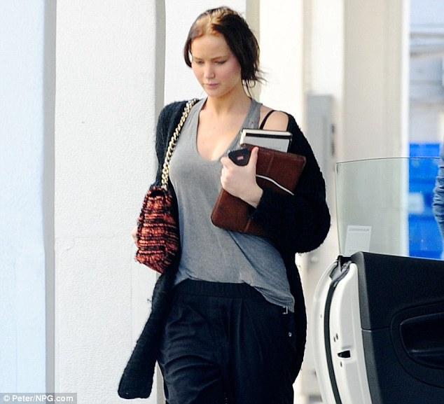 Jennifer Lawrence Dashes To A Beverly Hills Hair Salon For
