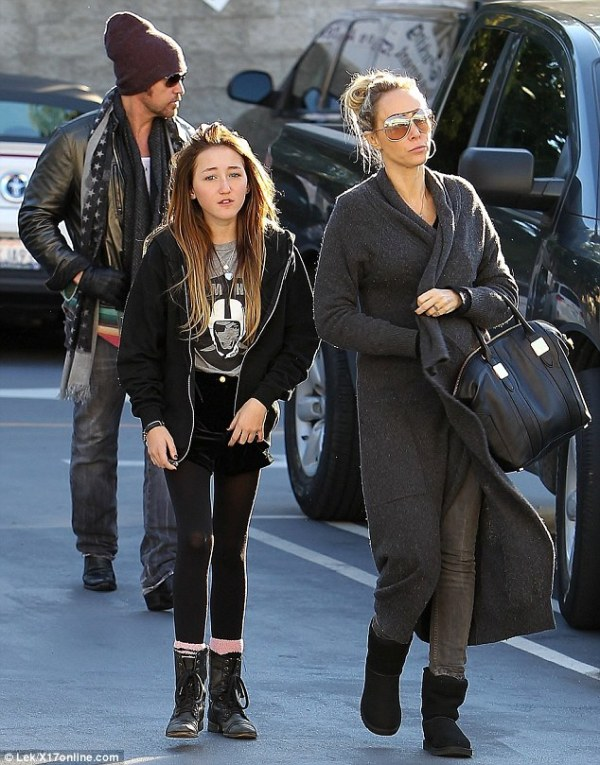 Noah Cyrus is the image of her famous sister BEFORE the