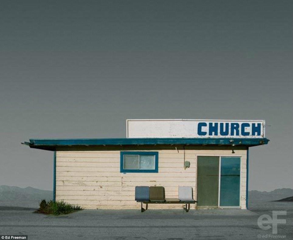 Вряд ли красота: Freeman обработанной и улучшенные изображения распадающихся зданий, в том числе это крошечное ставнями церкви в пустыне