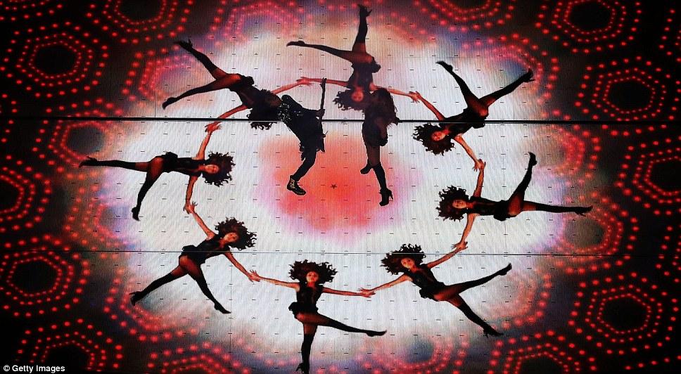 Световое шоу захватывающим: Изюминкой шоу участвуют видео певца лежа в кругу, в то время как реальная певица танцевала вместе с гитаристом в центре