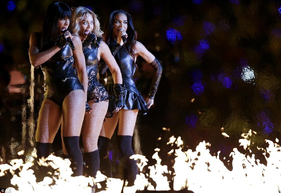 Этап в огне!  Трио было в идеальном синхронно, как они выступали перед загорелась сцена в середине арены