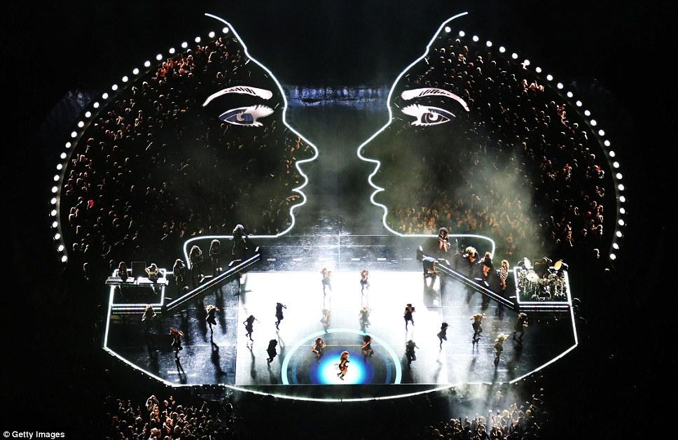 Crazy In Love: драматический силуэт певца, содержащихся ликующих поклонников наблюдает за ней в центре внимания