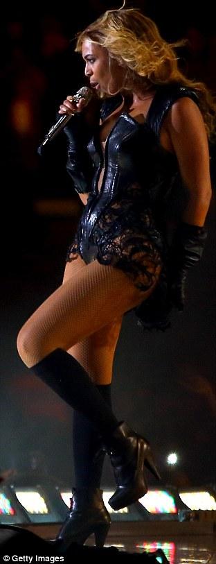 Энергичный: Beyonce положить в энергичное выступление в комплекте с фейерверками, синхронизированные танцевальные движения, и даже частичная полоса