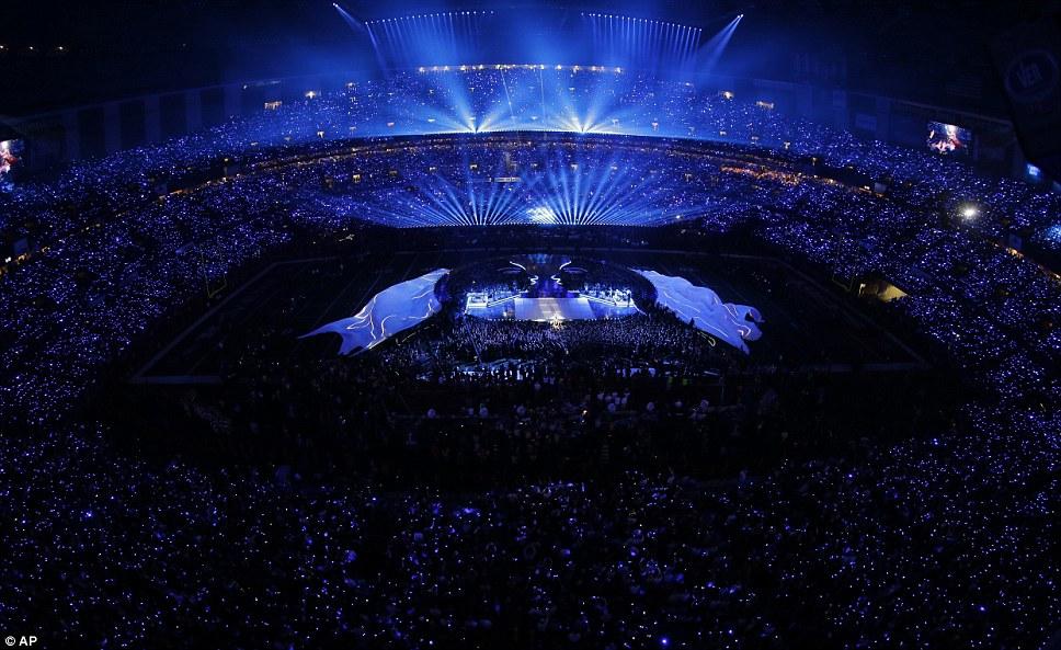 Световое шоу захватывающим: поразительные Супер Бейонсе производительности Bowl с воздуха