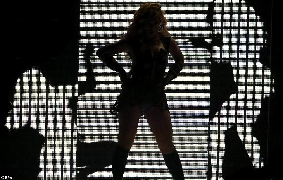 Свет, камера действия: Beyonce вздыхает перед драматических черно-белый экран видео