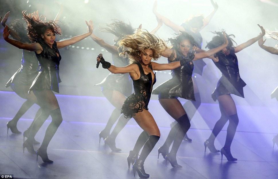 Одетый для успеха: Beyonce танцевали вместе с группой скудно одетых танцоров, как она исполнила попурри из ее лучших хитов