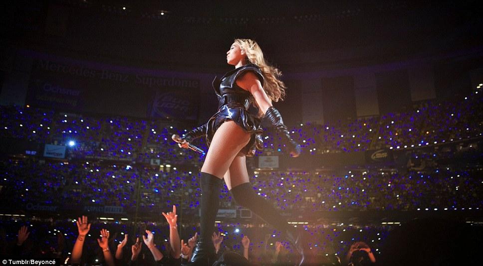 Командир производительность: Beyonce показано, уверенно напыщенный вокруг сцены в ее облегающие одежды кожа в другом посте на ее Tumblr