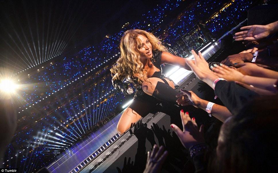 Сенсорный славы: Вентиляторы схватил на руки звезду во время энергичного шоу