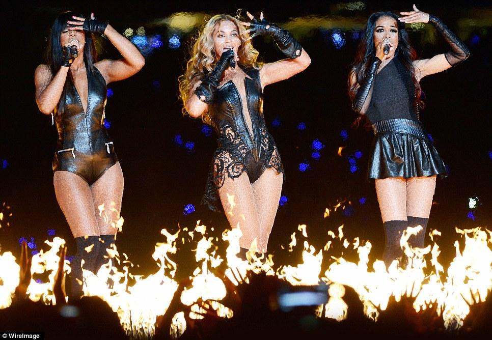 Ребенок Судьбы возвращаются!  Леди в коже Beyonce готовит почву на огонь, как она присоединилась коллегами по группе в шоу-остановки тайма производительности Супер Боул