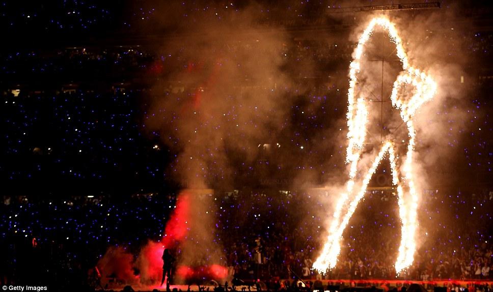 Свет захватывающим: выступление Бейонсе был провозглашен освещенный силуэт до певца
