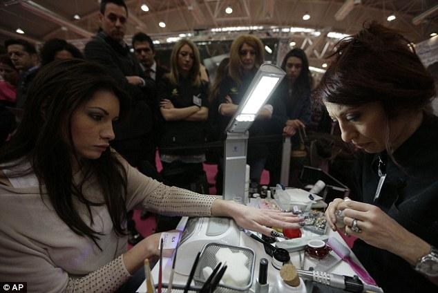 Наблюдатели собираются вокруг модели готовятся к конкурсу шпильках