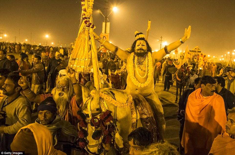 Восторженные: Нага садху, голые индуистские святые, ходить в процессии купаться на берегу Sangam