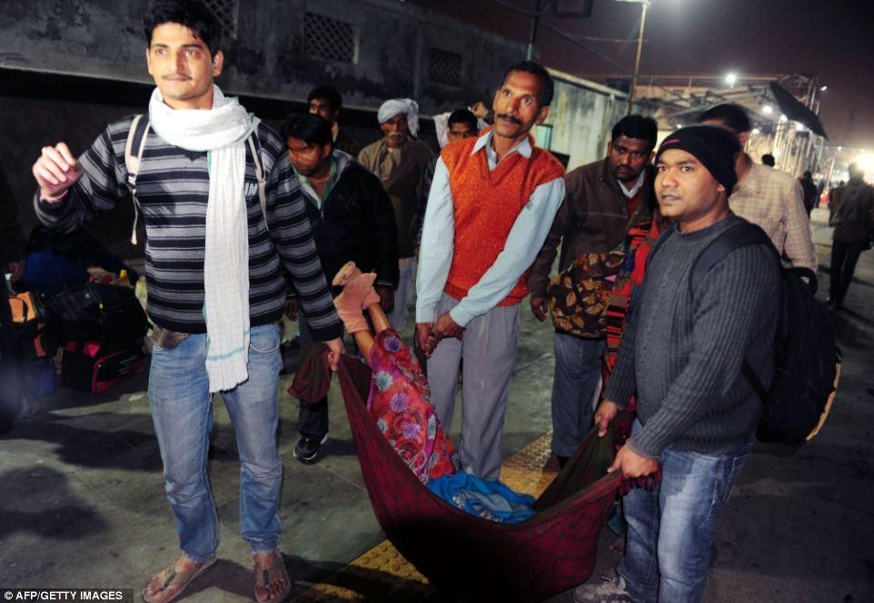 Трагическая: Мужчины несут тело одного из погибших в давке на севере Индии
