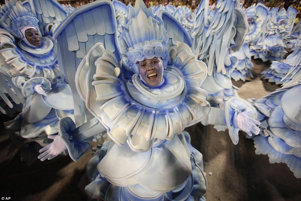 Кто знает?  Эти танцоры, казалось, одетые как ангелы ...  но это было не всегда легко сказать, что все были одеты как